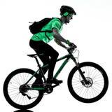 Tenager ch?opiec rower g?rski bking odizolowywaj?cych cienie fotografia royalty free