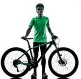 Tenager ch?opiec rower g?rski bking odizolowywaj?cych cienie zdjęcia stock