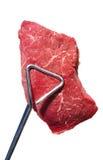 Tenaglie che tengono la bistecca di lombata grezza della parte superiore del lombo di manzo Fotografia Stock Libera da Diritti