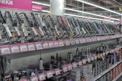 Tenaglie d'arricciatura in un supermercato degli elettrodomestici e dell'elettronica Immagini Stock Libere da Diritti