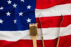 Tenaglie e spazzola sulla bandiera americana Immagini Stock Libere da Diritti
