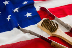 Tenaglie e spazzola sulla bandiera americana Fotografie Stock