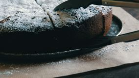 Tenaglie speciali per il pezzo bollente della presa di dolce di recente al forno del brownie del cioccolato in polvere con lo zuc video d archivio