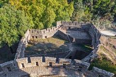 Tenaille defensiv struktur som ses från uppehälleöverkanten av den Feira slotten Royaltyfri Bild
