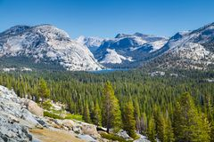 Tenaya Lake with Sierra Nevada in Yosemite National Park, Califo. Scenic panoramic view of beautiful Sierra Nevada mountain scenery with famous Tenaya Lake on a Stock Photo