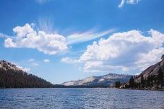 Tenaya sjö med optiska fenomen i himmel fotografering för bildbyråer