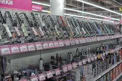 Tenazes de brasa de ondulação em um supermercado dos aparelhos eletrodomésticos e da eletrônica Imagens de Stock Royalty Free