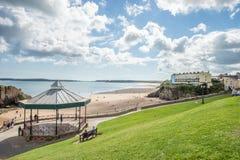Tenby, Уэльс - 12-ое августа 2017: Люди наслаждаясь их времененем на песчаном пляже Tenby, Уэльса Стоковые Изображения RF