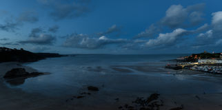 Tenby bis zum Nacht, atmosphärische panoramische Abendseeansicht, blaue Stunde Lizenzfreie Stockfotografie