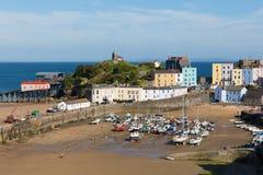 Tenby södra Wales UK i sommar med turister och besökare och blå himmel och fartyg i hamn arkivfoton