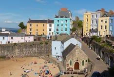 Tenby-Stadt Pembrokeshire Wales Großbritannien im Sommer mit Touristen und Besucher und blauer Himmel