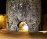 Tenby-Stadtmauern bis zum Nacht Stockfotos