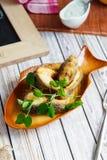 Tencas fritadas em uma opinião superior da placa cerâmica bonita fotos de stock
