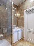 Tendência pequena do banheiro Fotos de Stock Royalty Free