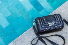Tendências da forma dos sacos Feche acima do saco à moda lindo do pitão do snakeskin Close up luxuoso da bolsa fotos de stock royalty free