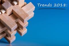 2018 TENDÊNCIAS do ano novo Tendência nova na tecnologia da inovação do negócio e nas outras áreas Fundo azul com vista macro de imagens de stock