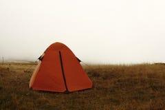 Tenda arancio su una collina in nebbia Immagine Stock Libera da Diritti