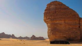 Tenda beduina accanto alla roccia dell'elefante in Al Ula, saudita Arabi KSA fotografia stock libera da diritti
