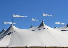 Tenda bianca con le bandiere d'ondeggiamento Fotografie Stock Libere da Diritti