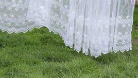 Tenda bianca in giardino stock footage