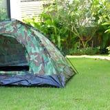 Tenda che si accampa sul campeggio del campo di erba verde, attrezzatura per il viaggio fotografie stock