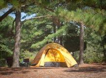 Tenda che si accampa un giorno di estate di Beaufitul Fotografia Stock