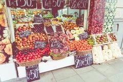 Tenda colorida das frutas e legumes em Buenos Aires, Argentina imagem de stock