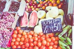 Tenda colorida das frutas e legumes em Buenos Aires, Argentina imagens de stock