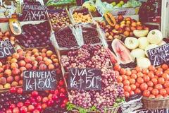 Tenda colorida das frutas e legumes em Buenos Aires, Argentina fotografia de stock
