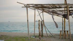 Tenda crollata di bambù su una spiaggia abbandonata archivi video