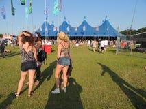 Tenda de circo e meninas na ilha do festival do Wight Foto de Stock