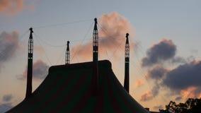 Tenda de circo no fundo com as nuvens moventes no por do sol video estoque