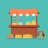 Tenda de madeira tradicional do alimento do mercado completamente de produtos dos mantimentos com bandeiras, caixas e placa de gi Imagem de Stock