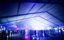 Tenda del partito con il dancing della gente Immagini Stock Libere da Diritti