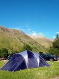 Tenda della famiglia con il contesto della montagna Fotografia Stock Libera da Diritti
