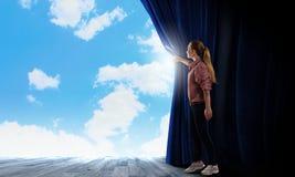 Tenda di apertura della ragazza Fotografia Stock