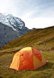 Tenda di campeggio in alpi svizzere Fotografie Stock