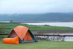 Tenda di campeggio arancio sopra la laguna immagine stock