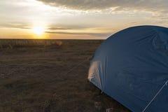 Tenda di campeggio blu con il concetto di tramonto: campeggio, viaggio, estremo Immagine Stock Libera da Diritti