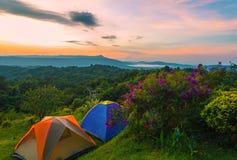 Tenda di campeggio in campeggio al parco nazionale con alba Fotografie Stock Libere da Diritti