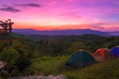 Tenda di campeggio in campeggio al parco nazionale con alba Immagine Stock