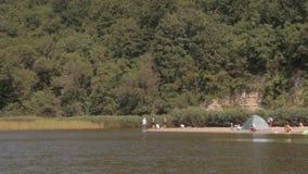 Tenda di campeggio dal fiume stock footage