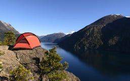 Tenda di campeggio dal lago fotografia stock libera da diritti
