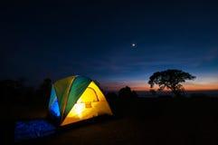 Tenda di campeggio illuminata di giallo Fotografie Stock