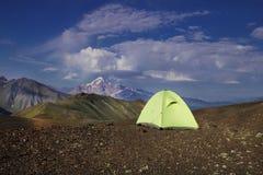 Tenda di campeggio su nelle montagne in Georgia immagine stock libera da diritti