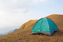 Tenda di campeggio sulla collina Fotografie Stock Libere da Diritti