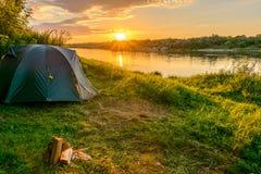 Tenda di campeggio in un campeggio sulla sponda del fiume Immagine Stock Libera da Diritti