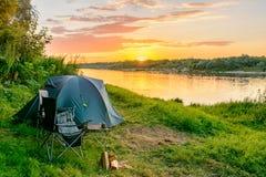 Tenda di campeggio in un campeggio in una foresta dal fiume Fotografie Stock Libere da Diritti