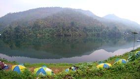Tenda di campeggio vicino al kanchanaburi di Kwai del fiume, Tailandia archivi video