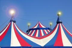 Tenda di circo sotto le bande variopinte del cielo blu Fotografie Stock Libere da Diritti